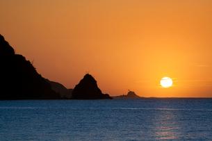 日本海に沈む夕日と島根半島の写真素材 [FYI03348281]