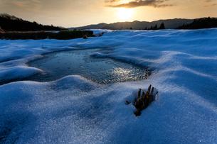 雪の棚田と朝日の写真素材 [FYI03348288]