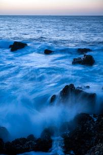 黄昏る日御碕の岩礁の写真素材 [FYI03348289]