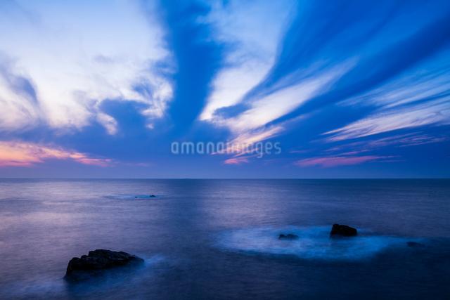 黄昏る日御碕の岩礁の写真素材 [FYI03348315]