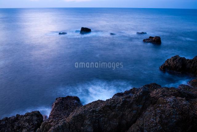 黄昏る日御碕の岩礁の写真素材 [FYI03348319]