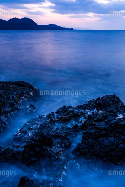 黄昏時の岩礁の写真素材 [FYI03348326]