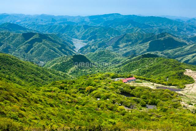吾妻山より池ノ原と中国山地の山並みの写真素材 [FYI03348342]
