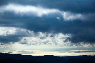 羅漢山から朝日にきらめく瀬戸内海を遠望の写真素材 [FYI03348344]