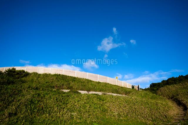 防風フェンスと青空の写真素材 [FYI03348346]