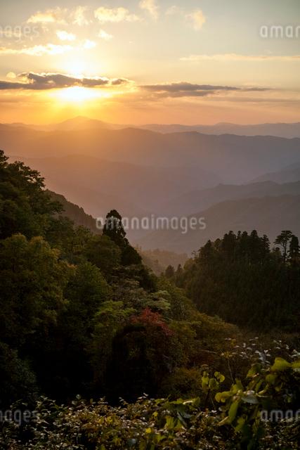 山並みに沈む夕日の写真素材 [FYI03348347]