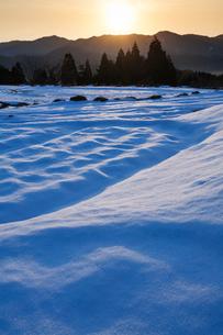 雪の棚田と朝日の写真素材 [FYI03348365]