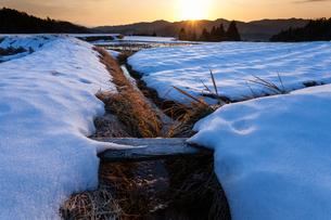 雪の棚田と朝日の写真素材 [FYI03348366]