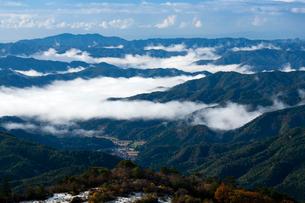 羅漢山から霧漂う中国地方の山並みを見るの写真素材 [FYI03348417]