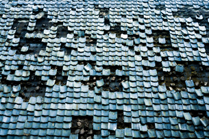 崩れゆく屋根瓦の写真素材 [FYI03348443]