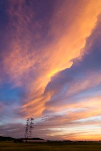 朝焼けに染まる雲と鉄塔の写真素材 [FYI03348528]