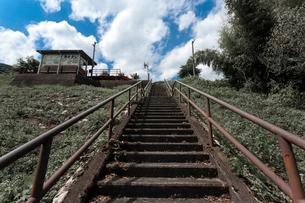 廃線のホームに続く階段の写真素材 [FYI03348537]
