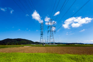 意宇平野を渡る高圧送電線と鉄塔の写真素材 [FYI03348684]