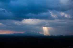 雲間の後光と三瓶山の写真素材 [FYI03348770]