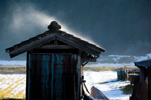 稲架小屋の屋根から立ち昇る蒸気霧の写真素材 [FYI03348781]
