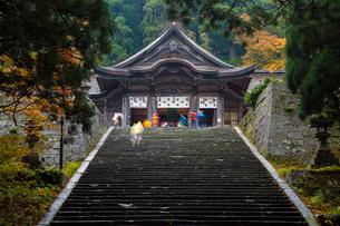 大神山神社奥宮と登山者の写真素材 [FYI03348852]