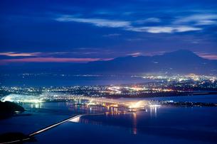 枕木山から江島大橋と大山を望むの写真素材 [FYI03348853]