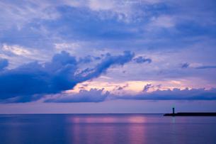 恵曇湾の夕暮れの写真素材 [FYI03348900]