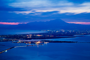 枕木山から米子の街灯りと大山を望むの写真素材 [FYI03348938]
