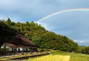 茅葺屋根と虹の写真素材 [FYI03348967]