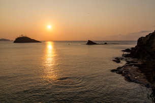 凪の日本海と夕日の写真素材 [FYI03348996]