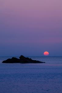 凪の日本海と夕日の写真素材 [FYI03348998]