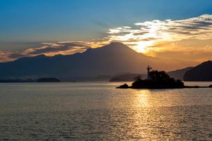 中海から望む大山と朝日の写真素材 [FYI03349309]