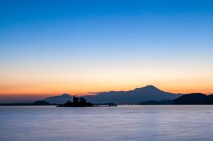 黎明の中海から望む大山の写真素材 [FYI03349312]