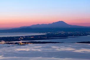 伯耆大山と米子の街灯りの写真素材 [FYI03349320]