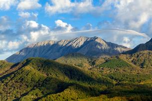 傘雲かかる大山の写真素材 [FYI03349394]