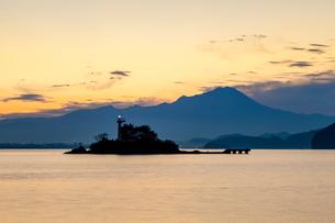 黎明の中海から望む大山の写真素材 [FYI03349395]