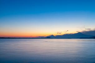 黎明の中海から望む大山の写真素材 [FYI03349397]
