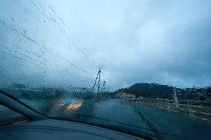 フロントガラスに降る雨の写真素材 [FYI03349406]
