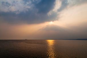 中海と雲間の朝日の写真素材 [FYI03349420]