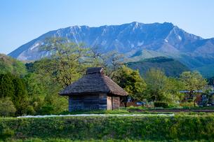 茅葺の納屋と大山南壁の写真素材 [FYI03349490]