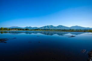 水張る田圃に映る蒜山三座と大山の写真素材 [FYI03349509]