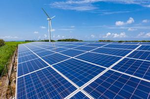 太陽光発電のパネルと風力発電の風車の写真素材 [FYI03349559]