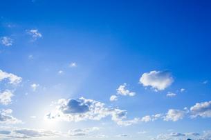 雲間の光芒と青空の写真素材 [FYI03349586]