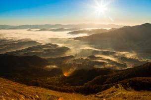 朝日に染まる高原の霧と朝日の写真素材 [FYI03349633]