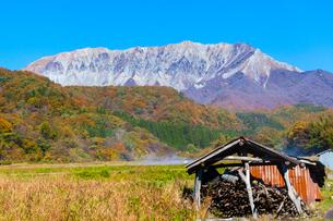 稲架小屋と大山南壁の写真素材 [FYI03349646]