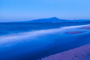 大山と黄昏時の海の写真素材 [FYI03349663]