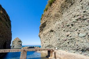 畳ヶ浦 海食崖の堆積層と猫島の写真素材 [FYI03349676]
