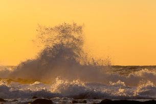砕ける波頭の写真素材 [FYI03349682]