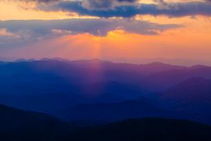 中国山地の山並みと雲間の光芒の写真素材 [FYI03349688]