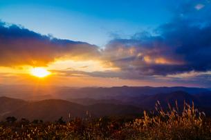 中国山地の山並みと朝日の写真素材 [FYI03349692]