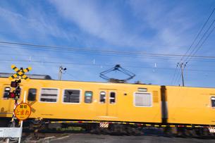踏切を通過する電車の写真素材 [FYI03349709]