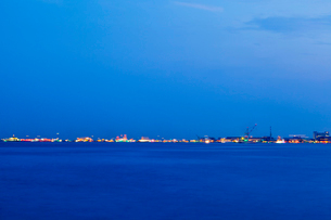 神戸港に浮かぶ船の光跡の写真素材 [FYI03349883]