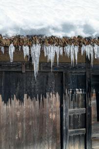 茅葺屋根から垂れる氷柱の写真素材 [FYI03350067]