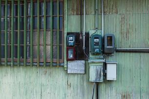 トタン壁の電力量計の写真素材 [FYI03350136]