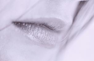 女性の唇のアップ(B/W)の写真素材 [FYI03351084]